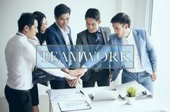Grupo de empresários que fazem a unidade do aperto de mão no escritório fotografia de stock royalty free