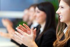 Grupo de empresários que têm uma reunião Imagens de Stock Royalty Free