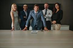 Grupo de empresa na sala de direção do escritório fotografia de stock royalty free