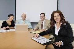 Grupo de empresarios alegres en la reunión imagenes de archivo
