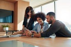 Grupo de empresarios diversos que usan la tableta digital imagen de archivo libre de regalías