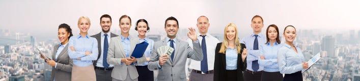 Grupo de empresarios felices con el dinero del dólar Fotos de archivo libres de regalías