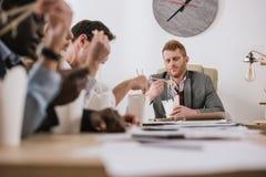 grupo de empresarios que comen los tallarines juntos en la oficina fotografía de archivo libre de regalías