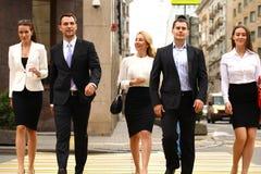Grupo de empresarios que cruzan la calle Imagen de archivo