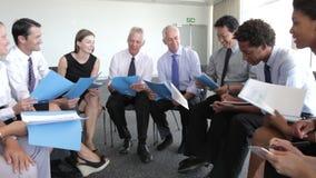 Grupo de empresarios que discuten el documento junto metrajes