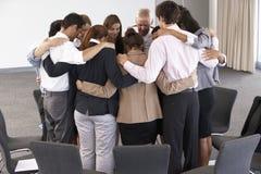 Grupo de empresarios que enlazan en círculo en el seminario de la compañía Imágenes de archivo libres de regalías