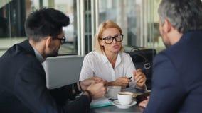 Grupo de empresarios que hablan en cafetería que discute sociedad almacen de metraje de vídeo