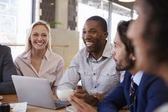 Grupo de empresarios que tienen reunión en cafetería imagenes de archivo