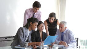 Grupo de empresarios que tienen reunión en el escritorio en oficina almacen de video