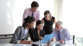 Grupo de empresarios que tienen reunión en el escritorio en oficina metrajes