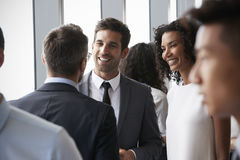 Grupo de empresarios que tienen reunión informal de la oficina foto de archivo