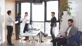 Grupo de empresarios que trabajan junto y que elaboran el plan empresarial almacen de video