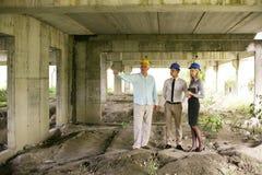 Grupo de encargados profesionales de la construcción fotos de archivo