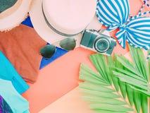Grupo de endecha plano de accessorie del paño del verano de la muchacha con la hoja de palma, Fotografía de archivo