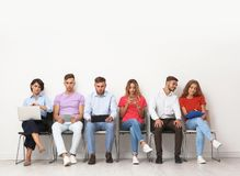Grupo de entrevista de trabalho de espera dos jovens imagens de stock