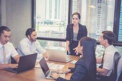 Grupo de equipe nova do negócio com reunião ereta do líder do gerente da mulher na sala de conferências imagens de stock