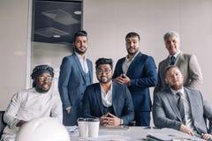Grupo de equipo del negocio que se coloca en fila foto de archivo
