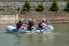 Grupo de equipo de deportes en el flotador que transporta en balsa en el río Nisava de la ciudad en la ciudad del Nis, Serbia Fotos de archivo