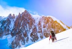 Grupo de escaladores que alcanzan la cumbre Foto de archivo libre de regalías