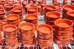 Grupo de escalas da argila na loja da cerâmica Foto de Stock