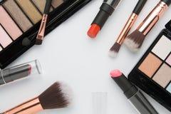 Grupo de escova da composição com a paleta da sombra para os olhos no branco Foto de Stock Royalty Free