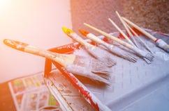 Grupo de escova de pintura na bandeja da pintura Imagens de Stock