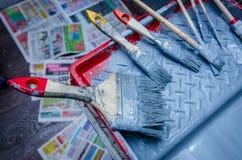 Grupo de escova de pintura na bandeja da pintura Imagens de Stock Royalty Free