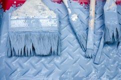 Grupo de escova e de pintura azul na bandeja da pintura Fotografia de Stock