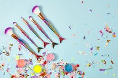Grupo de escovas da composição da cauda da sereia Compõe ferramentas no backg pastel imagens de stock