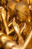 Grupo de escultura de los monjes en iglesia budista Fotos de archivo