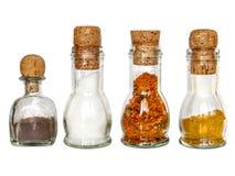 grupo de especiarias secas nas garrafas de vidro do vintage com corc velho do vinho Fotos de Stock Royalty Free