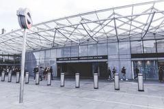 Grupo de espera del pasajero fuera de la estación del metro de Cross St Pancras del rey en Londres, Inglaterra fotos de archivo libres de regalías