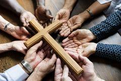 Grupo de esperanza de rogación de la gente del cristianismo junto fotos de archivo libres de regalías