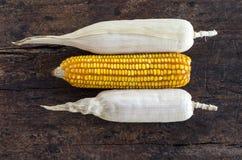 Grupo de espigas de milho em um fundo de madeira Fotos de Stock