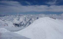 Grupo de esquiadores backcountry em uma excursão do alpinismo do esqui nos cumes austríacos que dirigem à cimeira de Grossvenedig Imagens de Stock Royalty Free