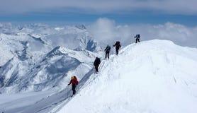 Grupo de esquiadores backcountry em uma excursão do alpinismo do esqui nos cumes austríacos que dirigem à cimeira de Grossvenedig Fotografia de Stock