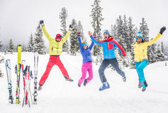 Grupo de esquiadores que saltan en la nieve Foto de archivo libre de regalías