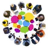 Grupo de establecimiento de una red social de la gente diversa con los dispositivos de Digitaces fotografía de archivo libre de regalías