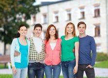 Grupo de estar de sorriso dos estudantes Fotos de Stock Royalty Free