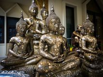 Grupo de estatua de Buda en la adoración o Wat de Tailandia Fotografía de archivo