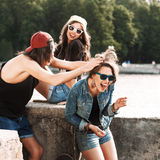 Grupo de estilo vestindo do esporte dos jovens Imagens de Stock