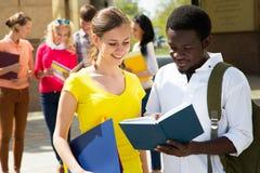 Grupo de estudante exterior imagem de stock royalty free
