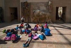 Grupo de estudante preliminar no museu do Louvre fotos de stock