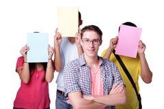 Grupo de estudante que guarda o quadro de avisos imagens de stock