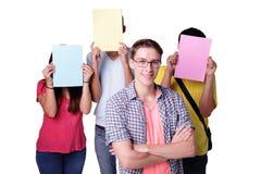 Grupo de estudante que guarda o quadro de avisos imagem de stock royalty free