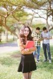 Grupo de estudantes adolescentes asiáticos felizes com dobradores da escola fotos de stock royalty free