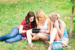 Grupo de estudantes adolescentes de sorriso felizes exteriores Fotos de Stock