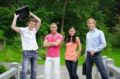 Grupo de estudantes alegres imagens de stock royalty free