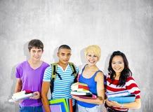 Grupo de estudantes alegres multi-étnicos diversos imagem de stock royalty free