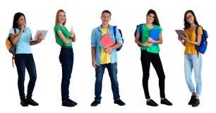 Grupo de 5 estudantes caucasianos e latino-americanos espertos imagens de stock